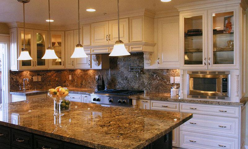 Merveilleux Creme Maple Glazed Cabinets